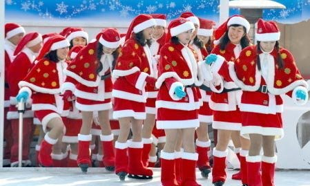 """韩国龙仁市主题公园""""爱宝乐园""""滑冰场的圣诞美女。"""