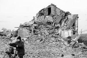 户主二层楼房半夜被拆 拆迁办称其自导自演