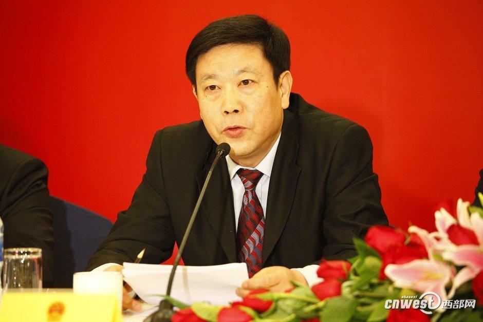 省人大常委会副秘书长何少林介绍本次会议的主要任务和筹备情况