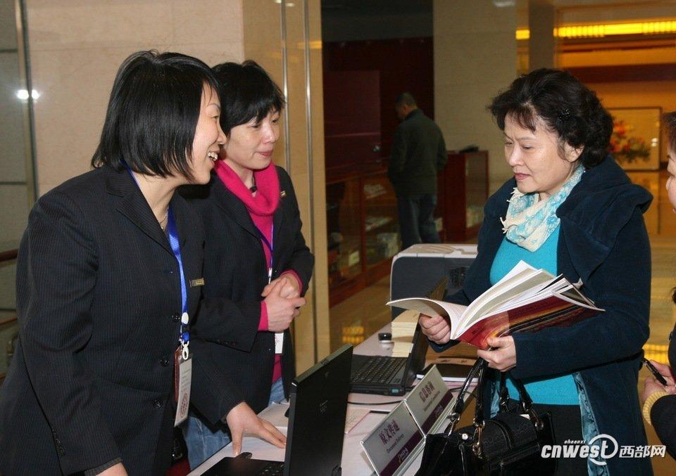 政协委员、陕西电视台主持人陈爱美向大会报到