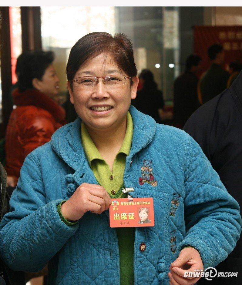 政协委员李爱真向记者展示出席证