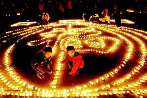 数百西安市民点燃1万余根蜡烛祈福虎年(图)