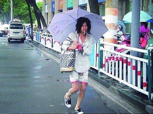 异装乞丐引网友关注 穿女装只为希望有人爱