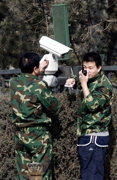 3月2日,北京天安门,工作人员正在检查天安门广场的监视器。