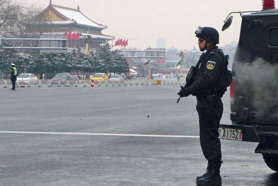 """2010年3月1日,北京长安街头,新增加的特警正在值勤,确保全国两会的顺利召开。从1日起,北京重点地区的警力已全面升级,其中天安门地区、主会场外围、各代表驻地成为安保的重中之重。北京警方将此次行动命名为""""护城河行动""""。"""