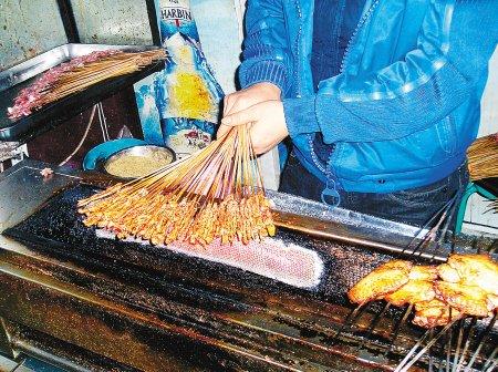 打工仔爆黑心烤肉摊内幕 吃剩口水肉又上桌!