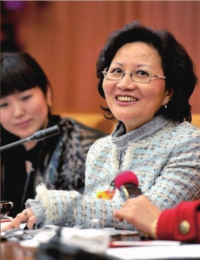 林毅夫之妻陈云英(右)在会场发言。