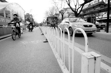 隔离栏将机动车和非机动车分隔开