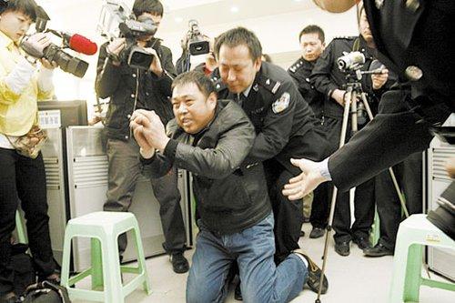的哥连环被抢劫案破获 遇难者亲属跪谢民警