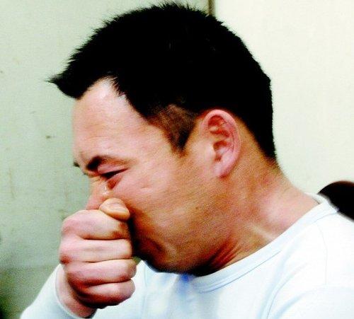 的哥连环被抢劫案破获 遇害者亲属跪谢民警