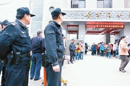 西安小学校门口增设巡逻民警 不间断武装巡逻