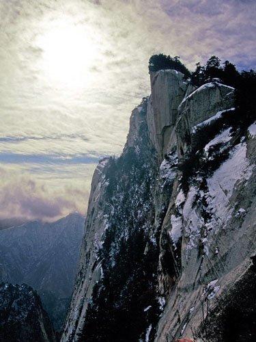 华山:云雾交融的奇险艳绝