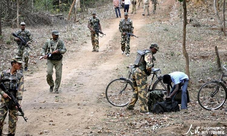 资料图:印度士兵在清扫纳萨尔派武装组织的行动过程中巡逻. (图8)