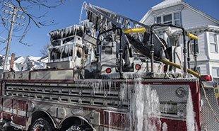 冰火两重天 美波士顿房屋火灾后挂满冰柱