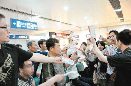 百余旅客滞留24小时 嫌赔偿额低51人拒登机