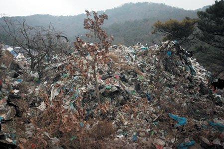 """上山呼吸新鲜空气意外发现""""垃圾山""""(图)"""