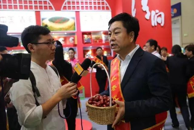 """清涧县长高明伟""""吆喝叫卖""""红枣 为清涧红枣代言"""