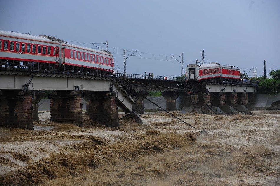 宝成线K165次列车两车厢在四川广汉坠江