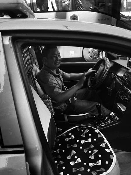 男子与朋友打车时落下手机 西安的哥拾金不昧