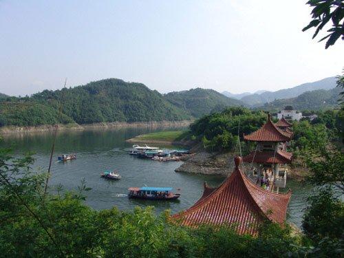 翠屏岛:在青山绿水间孔雀开屏
