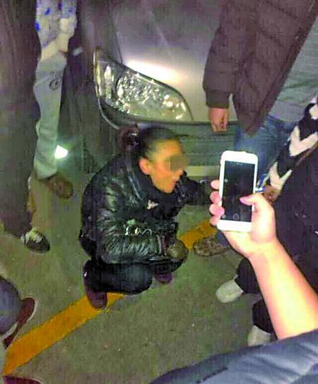 女贼潜入体院偷车 被武术散打跆拳道学生包围