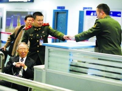 台湾8旬老兵南京寻亲 近乡情更怯不敢下机