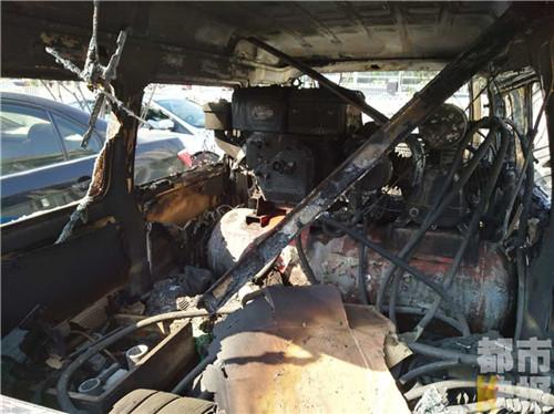 长安区一停车场两轿车夜间起火 已烧成空架子