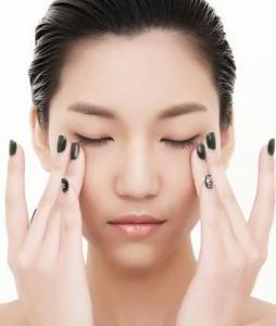 女人应该如何保养眼部