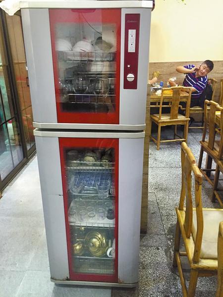 随机调查西安16家餐馆 9家消毒柜机成了摆设