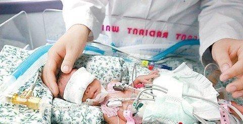 重病母亲诞下 拇指姑娘 体重800克巴掌大小