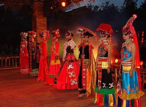 彝族摸扔节现场视频_网上热传 云南彝族传统文化\