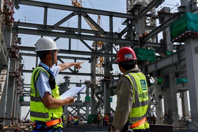 中建钢构员工五一坚守岗位 确保西安丝路国际会议中心按期完成