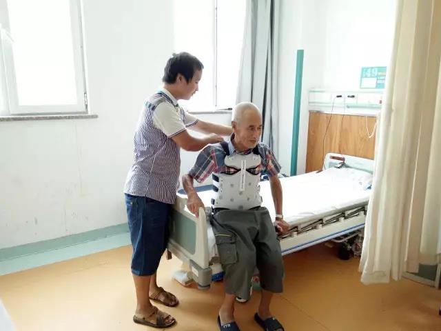 """""""任罗锅""""驼背疼痛18年 仲德骨科帮其截骨矫形"""