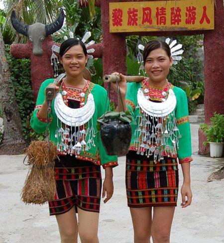 在中国的海南岛生活着勤劳善良的黎族人,他们祖祖辈辈都有着本民族