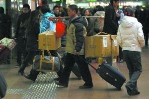 北京西站迎高峰客流破26万 停售站台票(图)