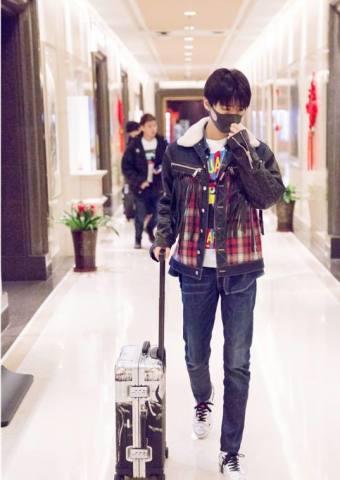 王俊凯顺利完成期末考试 一身休闲风现身机场