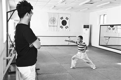 一名学生在巨人教育的暑期托管班习武。