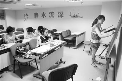 7月25日,学大教育暑期托管课堂,孩子们在上化学辅导课。
