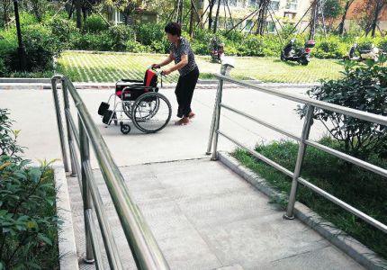 盲人呼吁居民小区增设盲道和盲文标识 方便出
