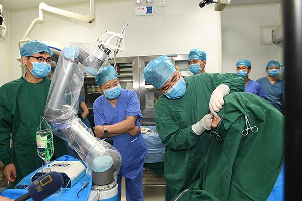 世界首台自主式种植牙手术机器人在西安问世