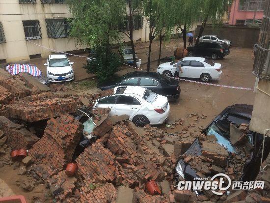榆林暴雨致一小区围墙坍塌 6辆私家车墙下被砸