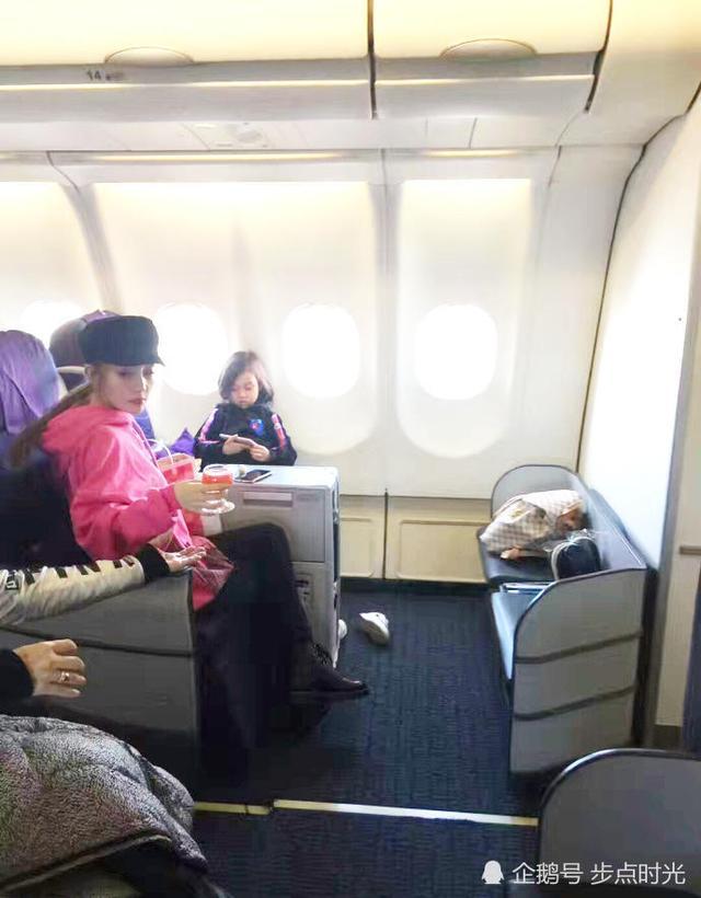 李小璐带女儿现身机场 小甜馨越长越漂亮了