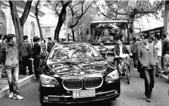 宝马占用公交道遭蹭 司机当街拳打公交司机