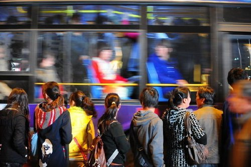 西安挤公交:拼命挤上去到站没挤下来