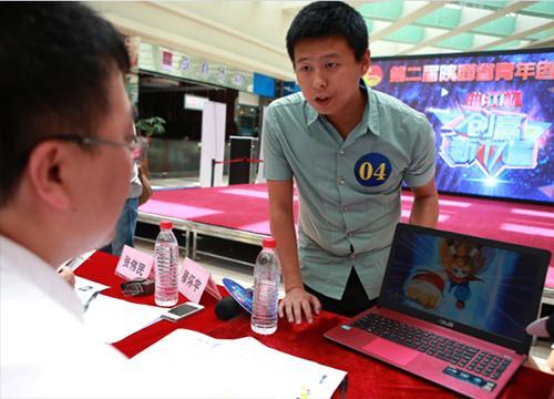 图注:一名选手正在介绍自己的创意项目图片