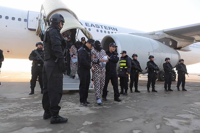 陕西警方老挝捣毁电信诈骗窝点 63名嫌犯押解回陕