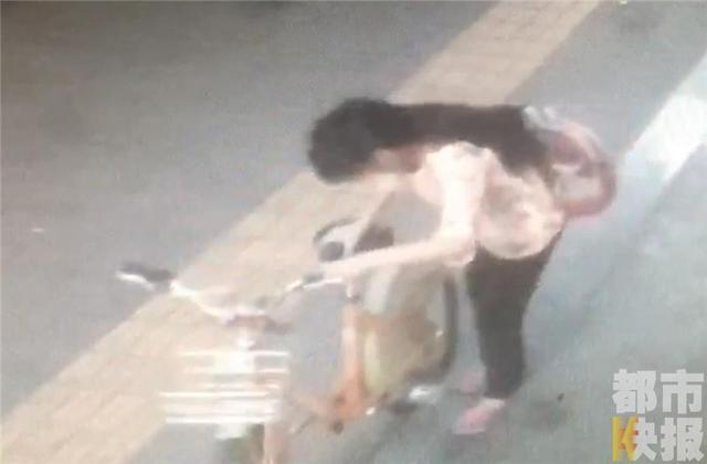西安市民接个电话 公共自行车没锁被女孩骑走