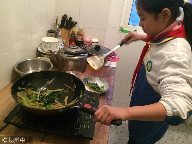 陕西铜川:11岁女孩独自照顾重病妈妈近7年