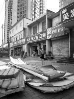 西安一男子在暴雨中行走 被大风吹落的屋顶砸倒