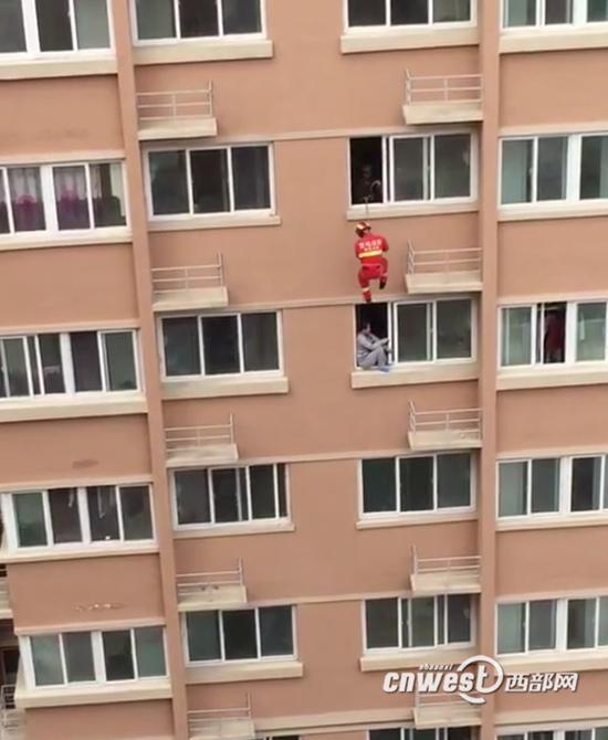 女子与家人吵架欲跳楼 消防员飞身而下一把推回
